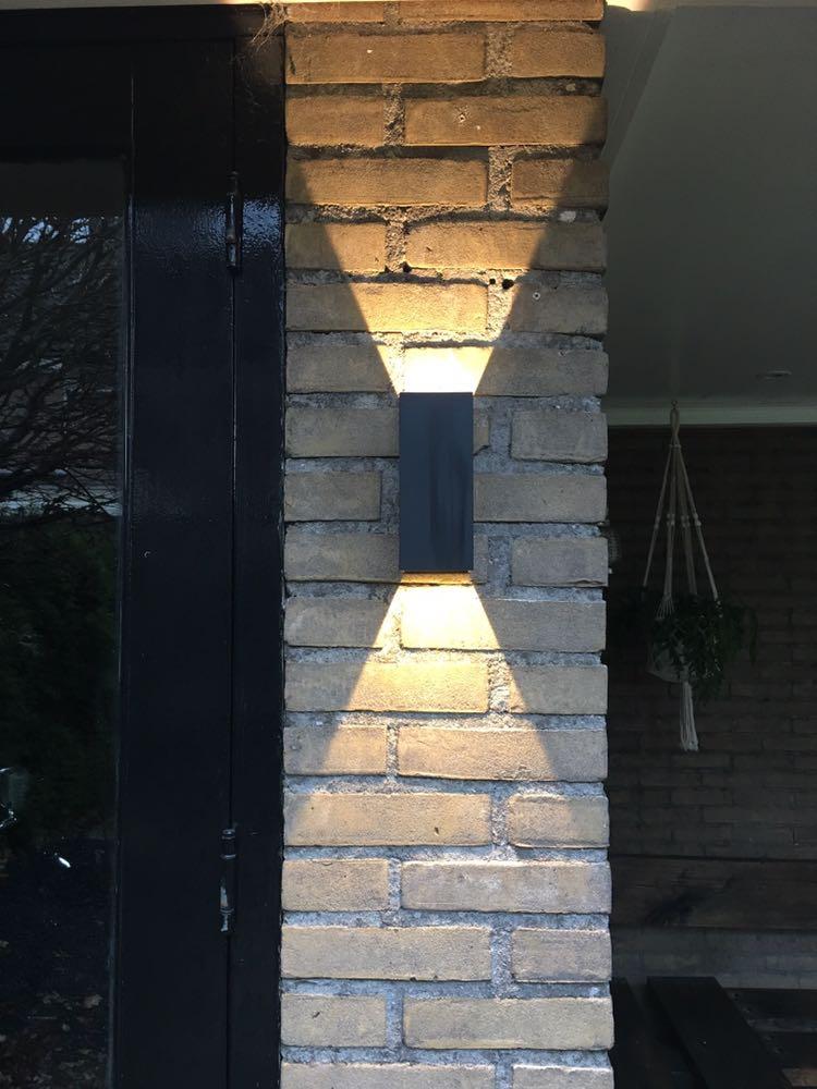 schutting deuren of uw voorgevel van uw woning carpoort schuur buiten verblijf enz op deze foto is het gekozen wand led armatuur wand spot